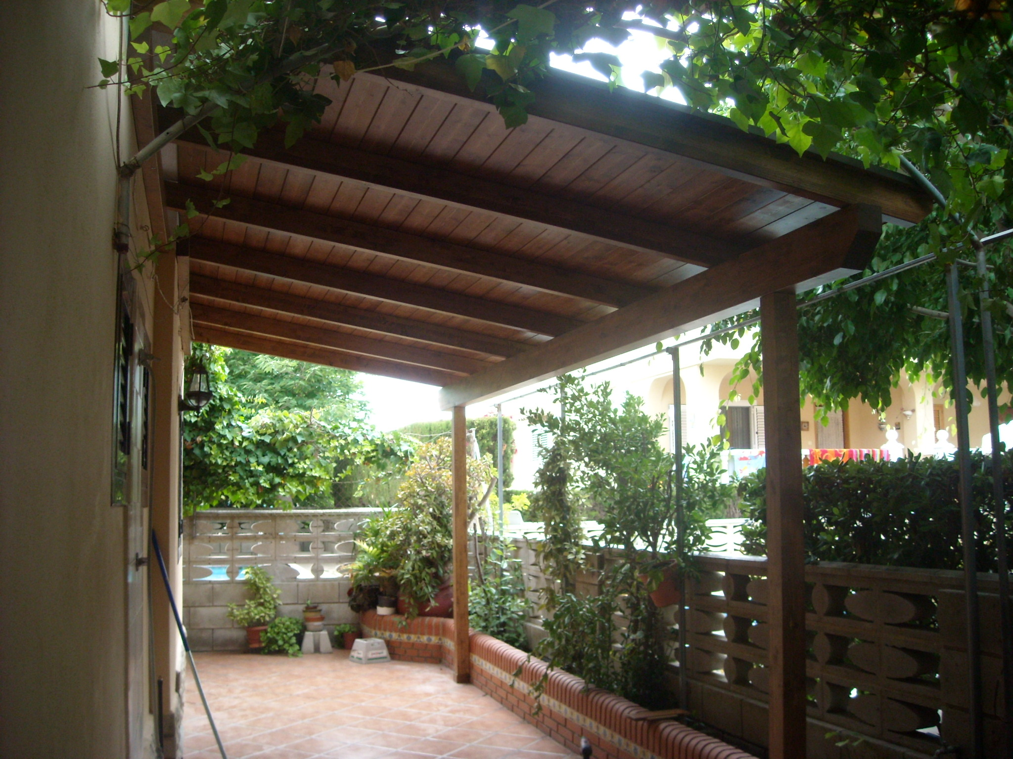 Techo de madera decorar una vivienda con techos de madera sistema de vigas del techo de madera - Techos de maderas ...